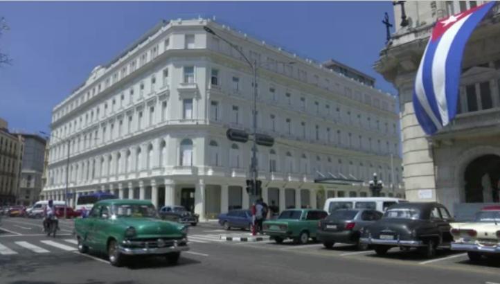 Abren centro comercial de lujo en La Habana
