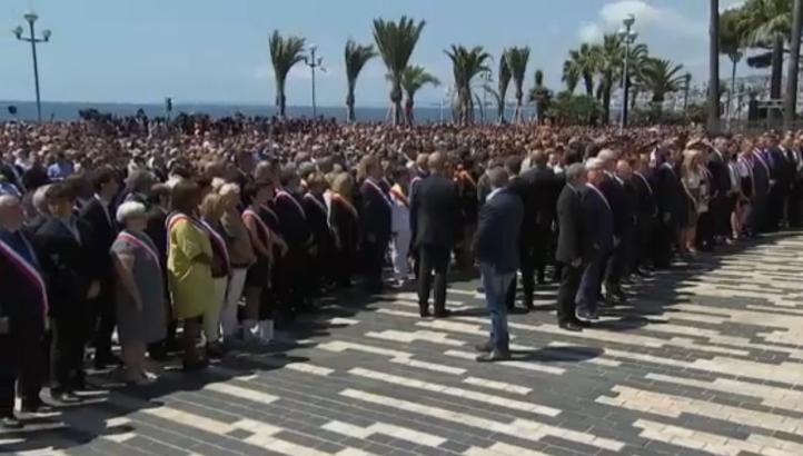 Rinden homenaje a víctimas y abuchean a primer ministro