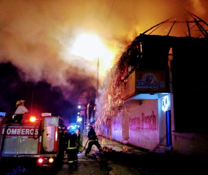 """Incendian el bar """"Los Mangos"""" con bombas molotov en Coatzacoalcos"""