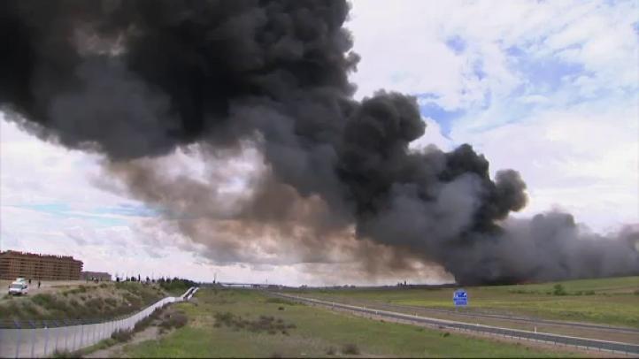 Desalojan a 9 mil por incendio en tiradero de llantas cerca de Madrid