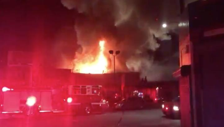 Incendio en Oakland cobra la vida de por lo menos 9 personas