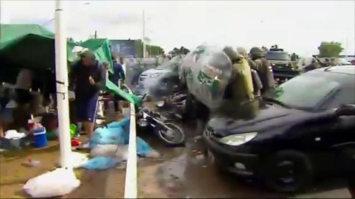 Se enfrentan trabajadores avícolas y policías en Argentina