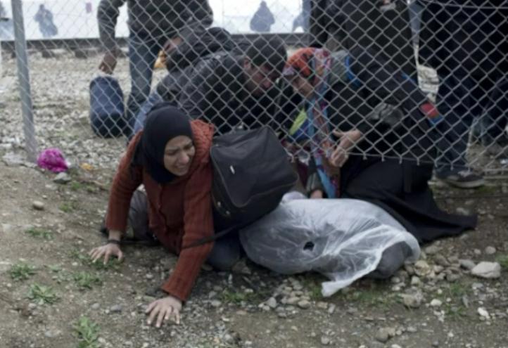 Policía de Macedonia repliega a migrantes en el campamento de Idomeni