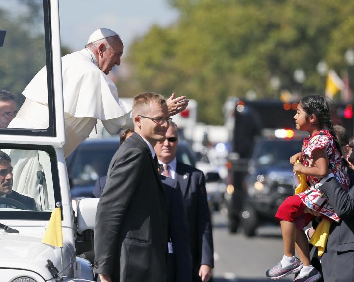Niña atraviesa barrera y da mensaje sobre migración al Papa