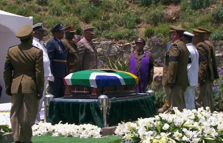 Nelson Mandela, enterrado con honores militares en Qunu