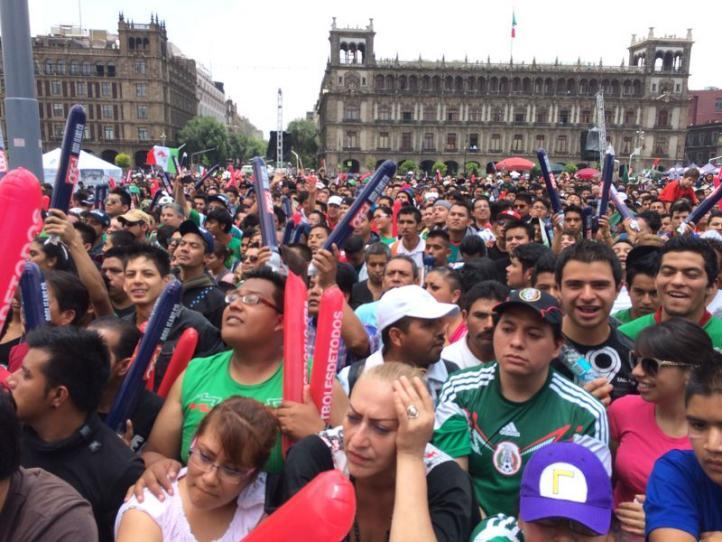 Ambiente en el Zócalo previo al partido México-Brasil