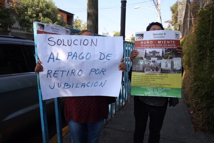 Protestan maestros durante visita de Aurelio Nuño a primaria de la CDMX