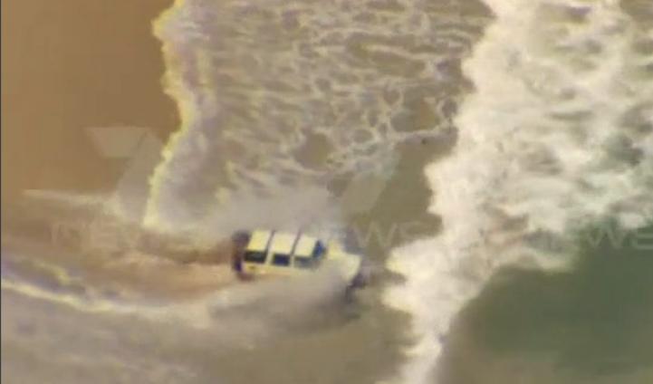 Huyendo de policía, sumerge su camioneta en el mar