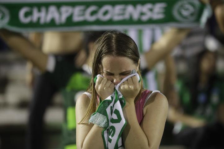 Brasil de luto por muerte de futbolistas en accidente de avión