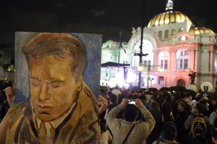 Miles de personas despiden a Juan Gabriel