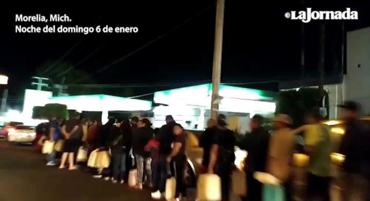 Larga, larguísima fila de coches y peatones para comprar gasolina, en Morelia