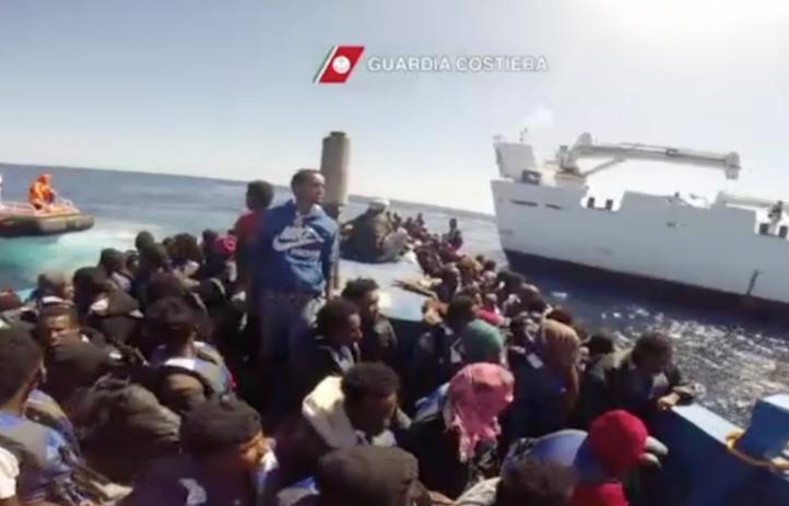 Rescatan a más de mil 800 migrantes en la costa de Libia