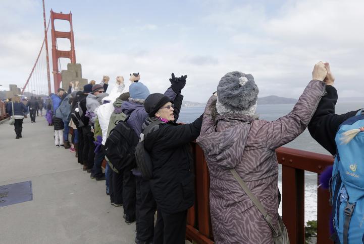 Realizan cadena humana contra Trump, en el puente Golden Gate