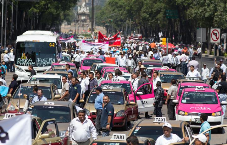 Protestan taxistas contra Uber