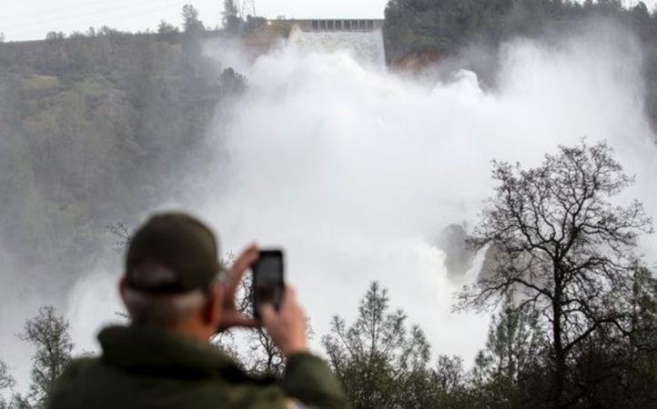 Desalojan a más de 180 mil personas por daños en una presa de EU