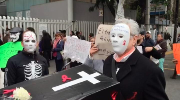 Protestan derechohabientes del Issste por falta de medicamentos