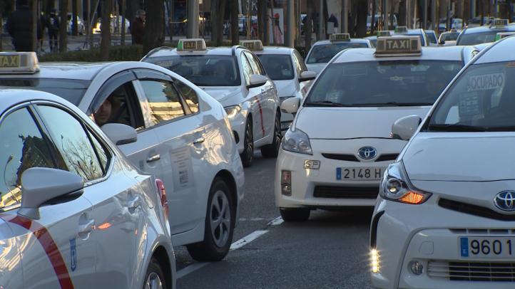 La policía española retira bloqueo de taxistas