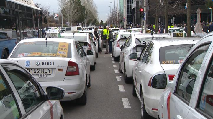 Taxistas provocan cortes en carreteras en el segundo día de huelga