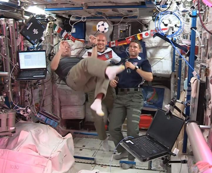 Astronautas juegan futbol en el espacio