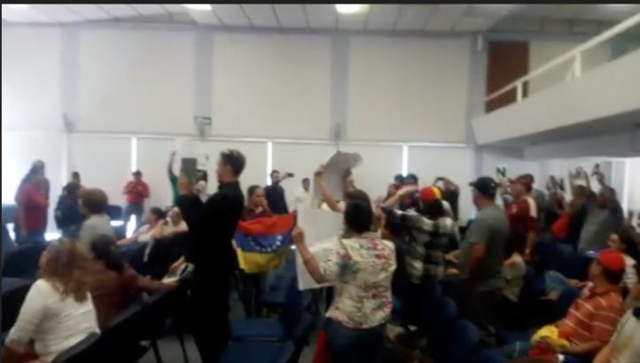 Venezolanos protestan contra ex miembro del gabinete de Chávez en la UAQ