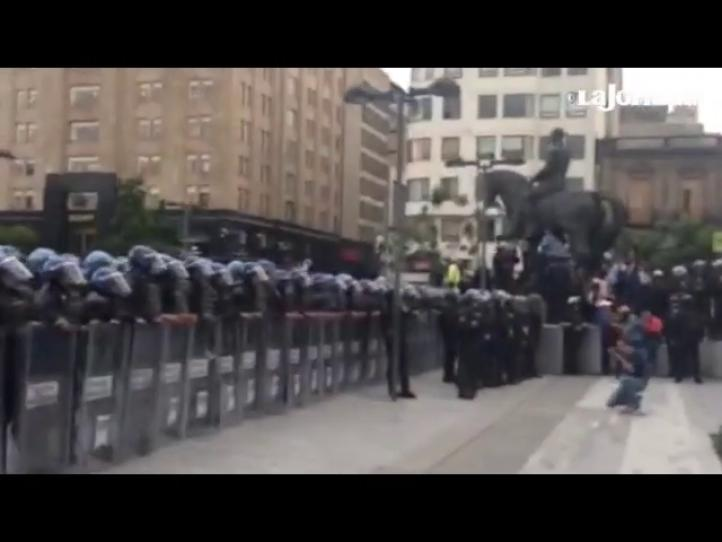 Valla de policías que impide paso de maestros al Zócalo