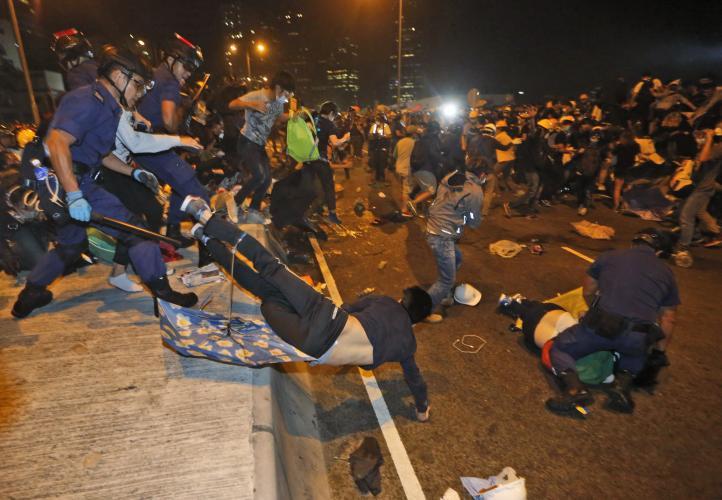 Manifestantes chocan con policías en Hong Kong