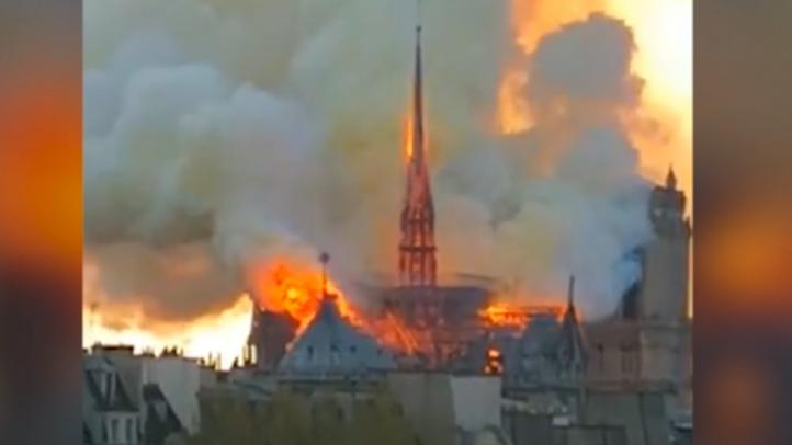 El fuego devora la Catedral de Notre Dame de París