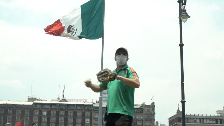Béisbol frente a Palacio Nacional, para llamar la atención de AMLO