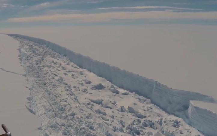 Gigantesco iceberg se desprende de la Antártida