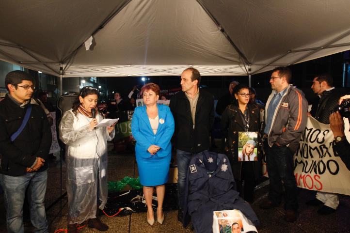 Familiares de policías federales desaparecidos protestan en la PGR