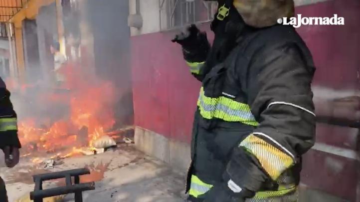 Se incendia bodega de muebles; hay intoxicados y heridos leves