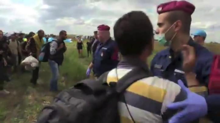 Cientos de refugiados saltan control en Hungría y siguen a pie