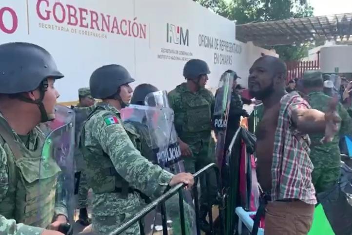Un migrante y un agente de la GN heridos tras desalojo de estación del INM