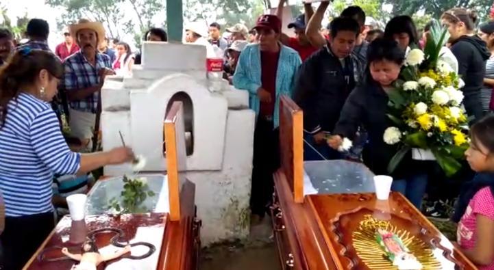 Veracruz: Exigen justicia, en sepelio de niña y su abuelo, asesinados por policías