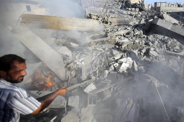Reanudan combates en Gaza; Israel intenta matar a jefe militar de Hamas