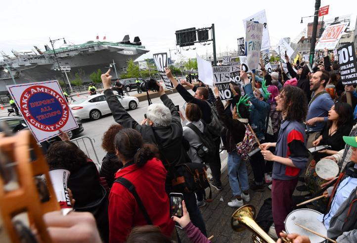 Protestan contra Trump, en su primera visita como presidente a su natal NY