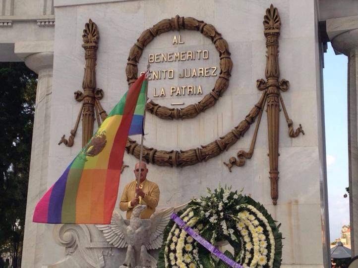 Integrantes de la comunidad LGBTTI y familiares suyos reivindican el Estado mexicano laico