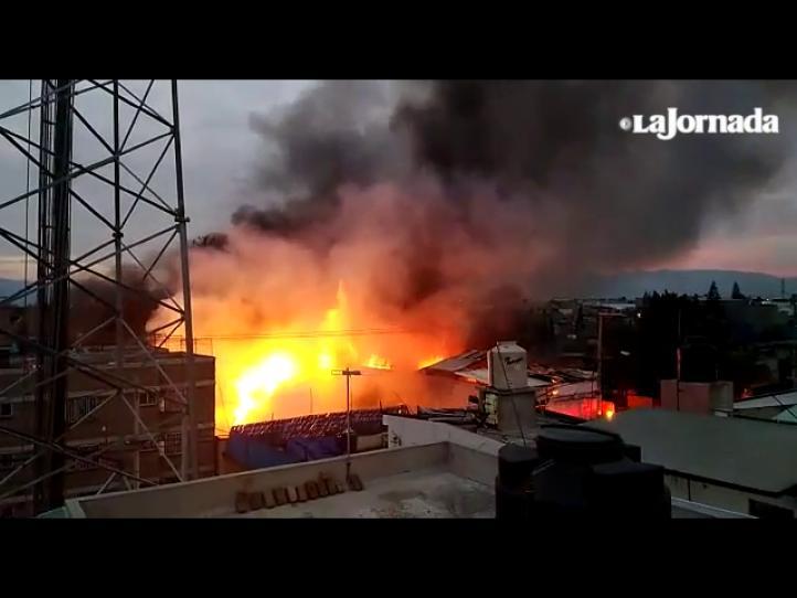 Se incendia un depósito de huacales y cartón en Iztapalapa