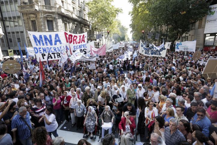 Multitudinaria marcha en Argentina por 40 aniversario de golpe militar