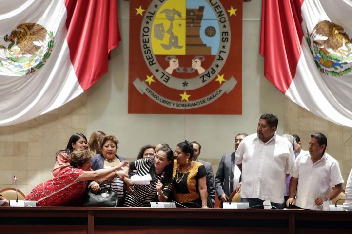 Trifulca en el Congreso de Oaxaca