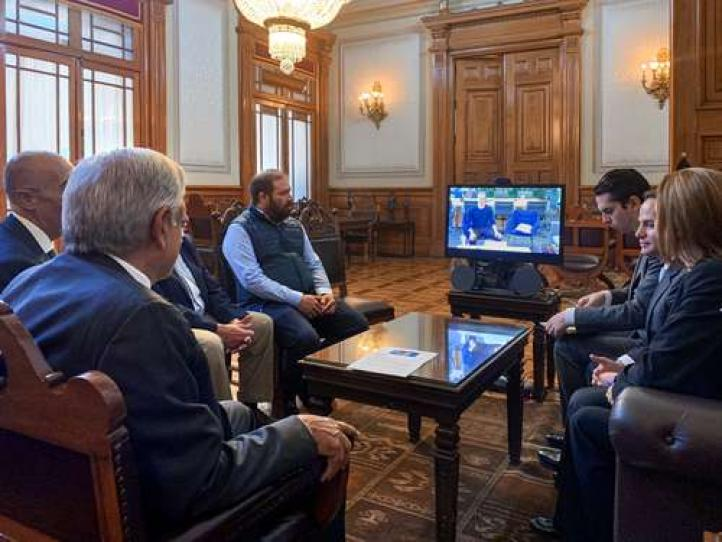 AMLO pide ayuda a Mark Zuckerberg para tener Internet en todo el país