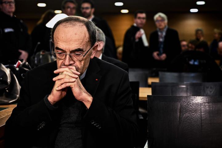 Francia juzga a cardenal en mayor caso de abusos en ese país