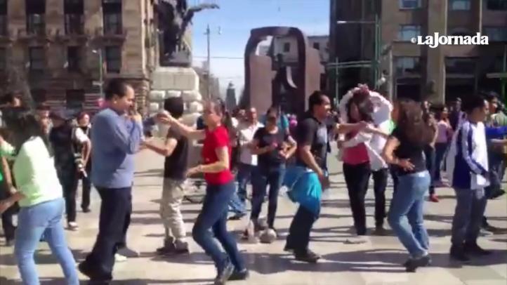 Bailan por Ayotzinapa, frente a Bellas Artes
