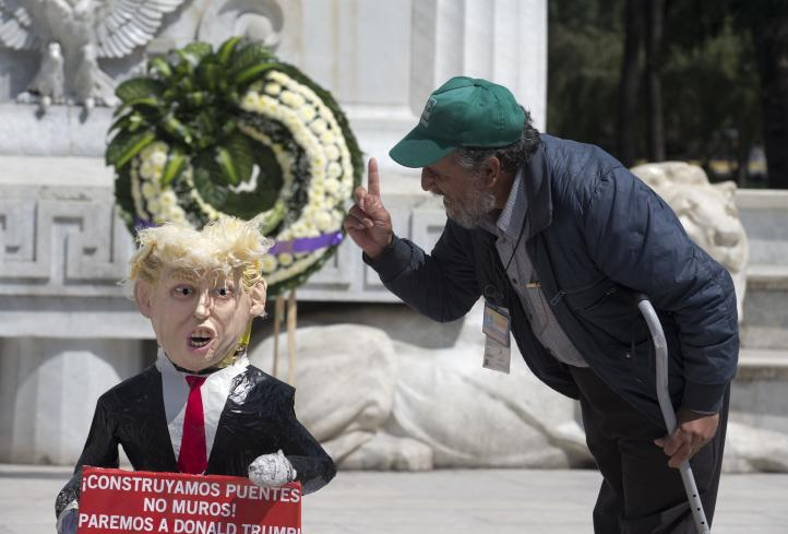 Rompen piñata de Trump en la CDMX
