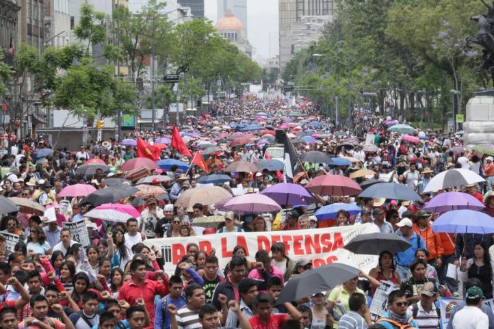 Ayotzinapa y San Quintín en la marcha del Primero de Mayo
