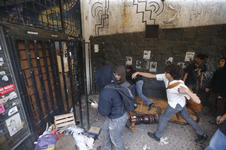 Dos grupos de jóvenes se disputan el auditorio Che Guevara en CU