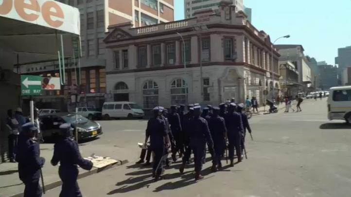 Policía antimotines patrullan calles de la capital de Zimbabue