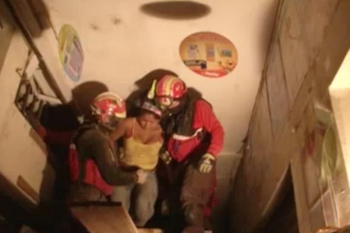 Rescatan a tres personas que habían quedado atrapadas entre los escombros