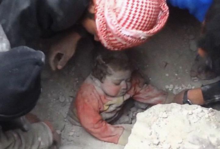 Rescatan a bebé de entre los escombros de un ataque aéreo en ciudad siria