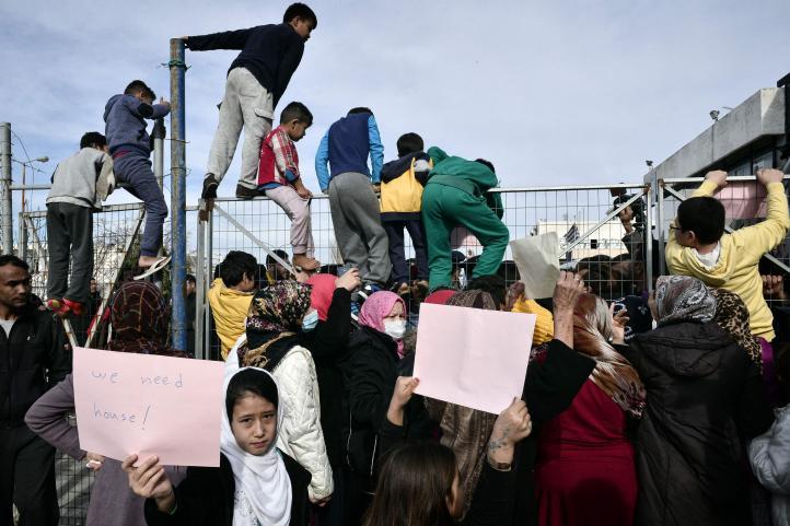 Refugiados encaran al ministro griego de Inmigración